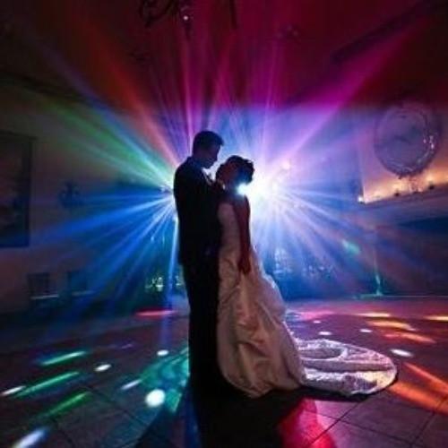 Zeneszolgáltatás Esküvő Dj-vel, hogy minden korosztály jól érezhesse magát!