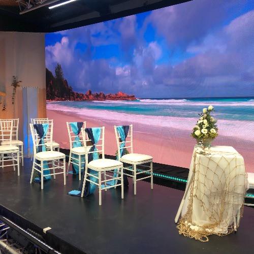 Online esküvő egy broadcast stúdióban