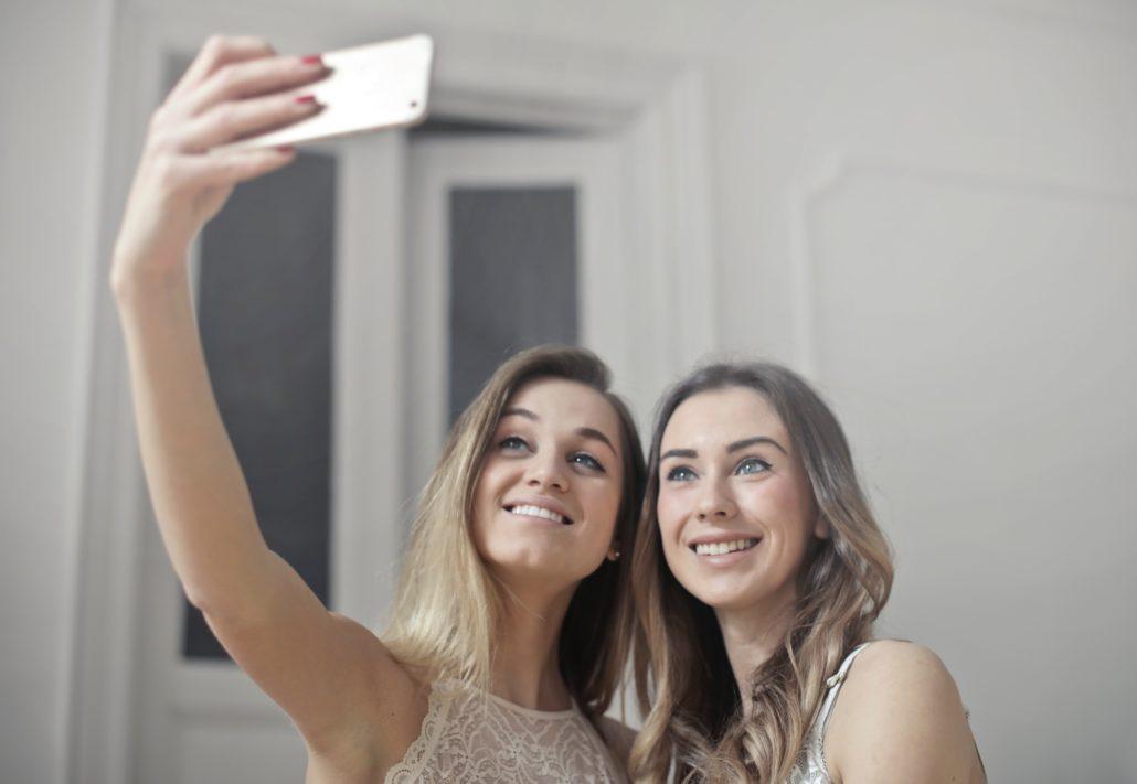Két lány szelfit készít