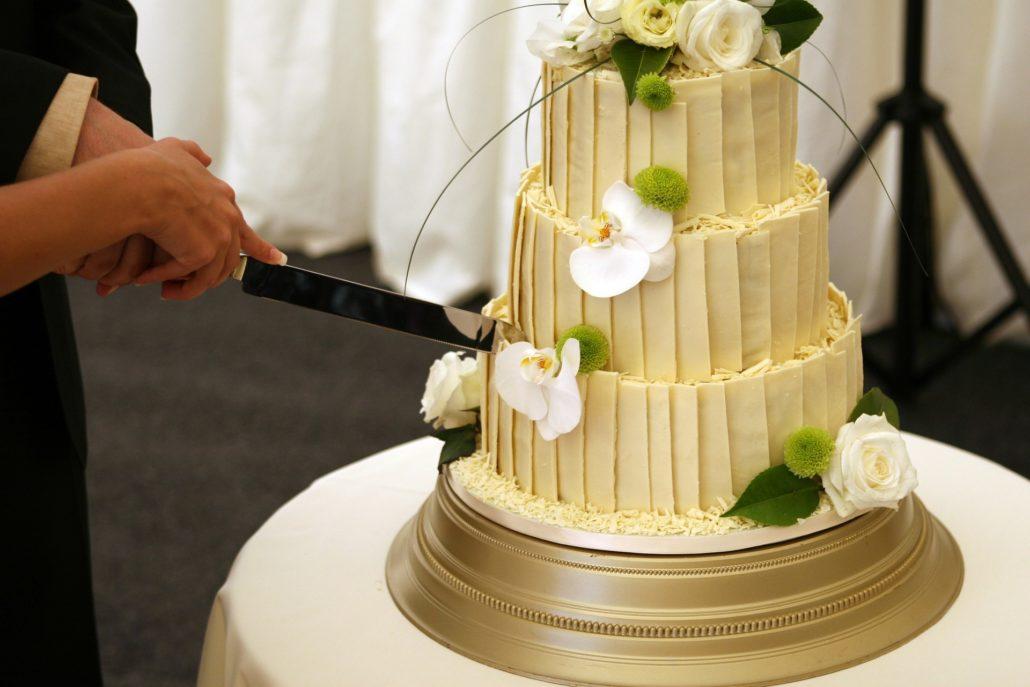 Tortavágás esküvőn