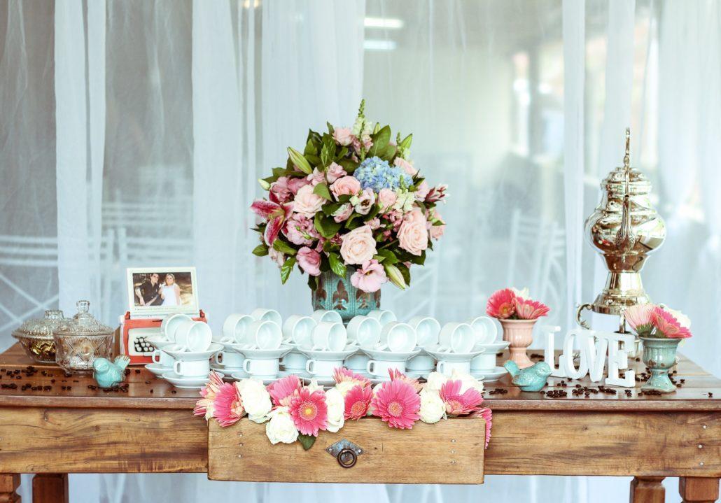 Virágok és csészék egy asztalon