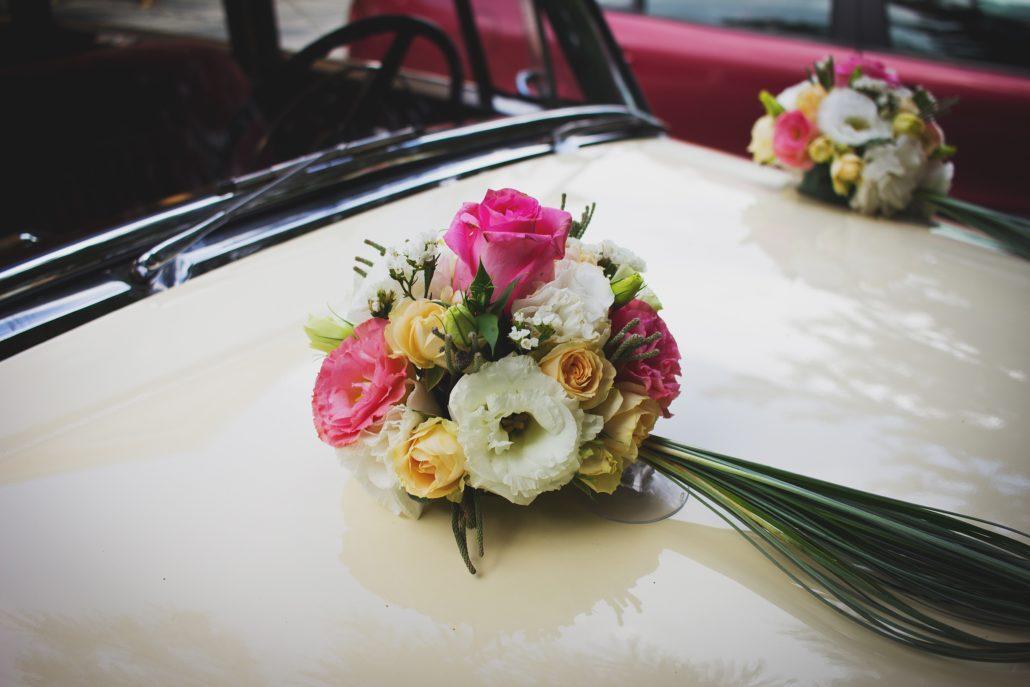 Virágdísz az autón