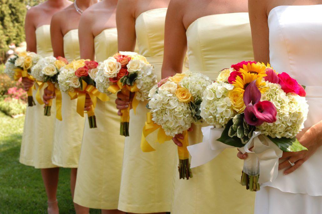 Koszorúslányok virágcsokorral