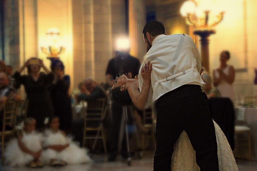 Pár táncol az esküvőn