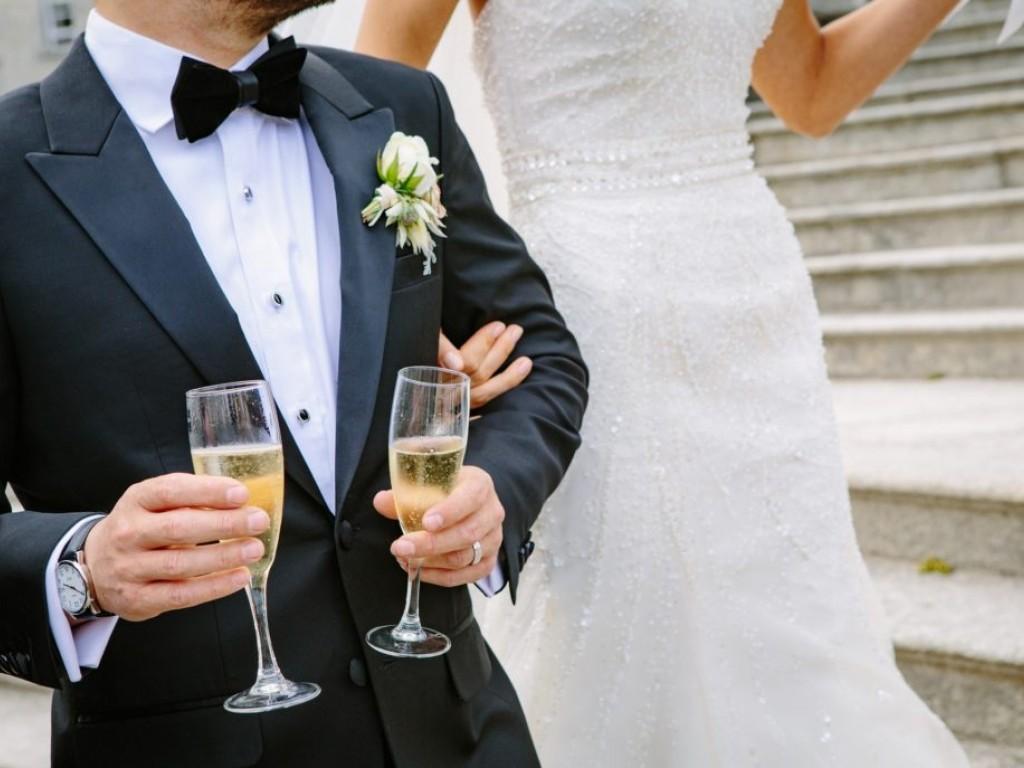 Pezsgős pohár, tortakés, tortalapát esküvőre