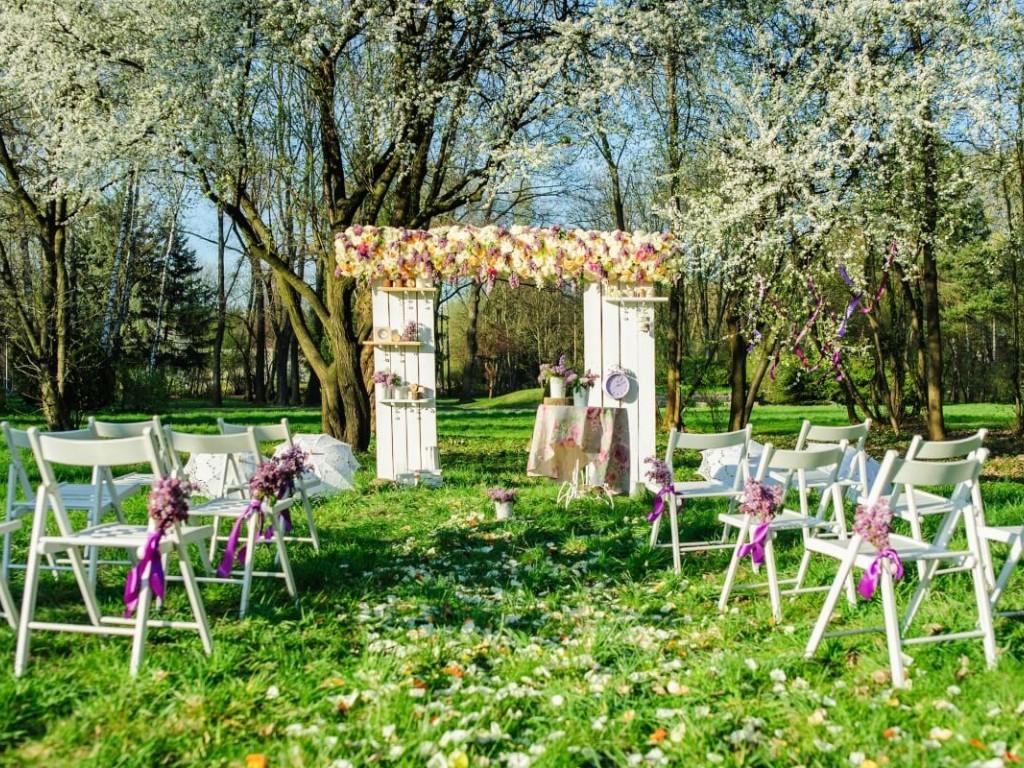 Gyönyörű kerti esküvő otthonotok meghitt kényelmében