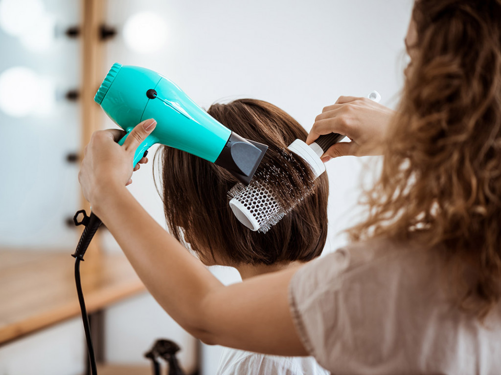 Csodás esküvői frizura rövid hajból – csak néhány kiegészítő kell hozzá!
