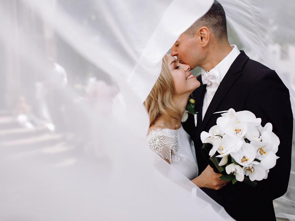 Kreatív esküvői fotók néhány egyszerű kellékkel